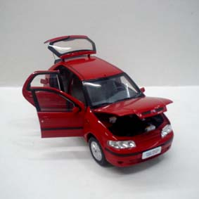 Fiat Palio ELX (2003) abre a tampa do tanque da gas.