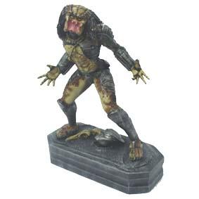 Predator com máscara na base