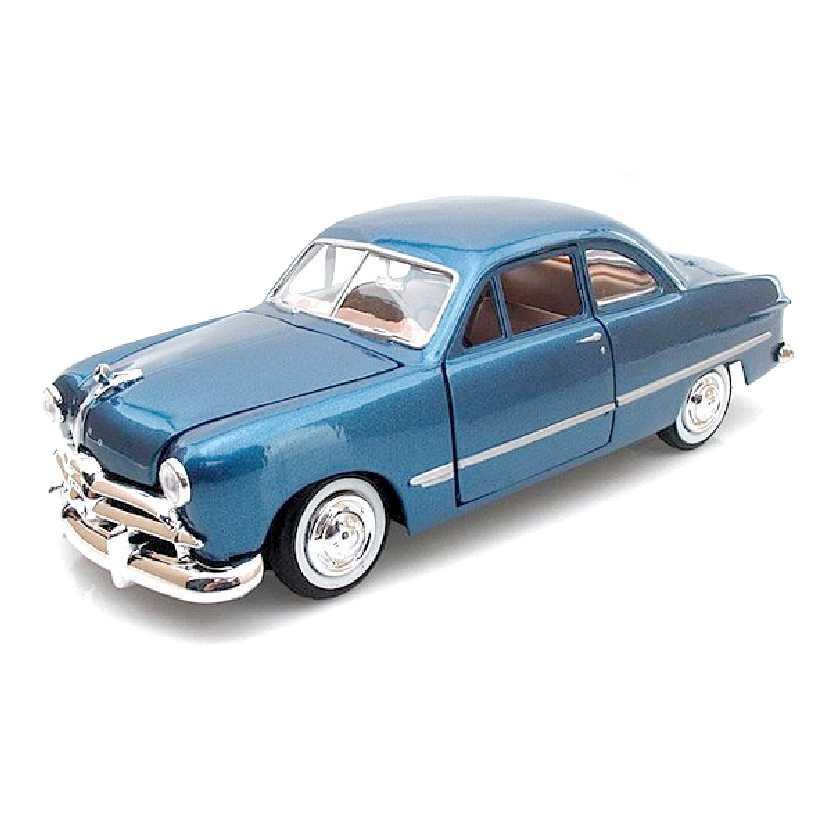 1949 Ford Coupe azul metálico marca Motormax escala 1/24