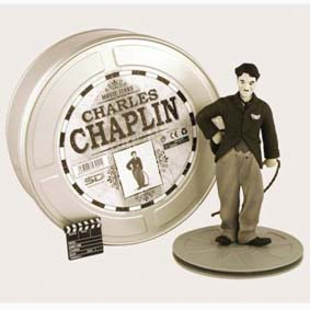 Charles Chaplin com lata de Filme