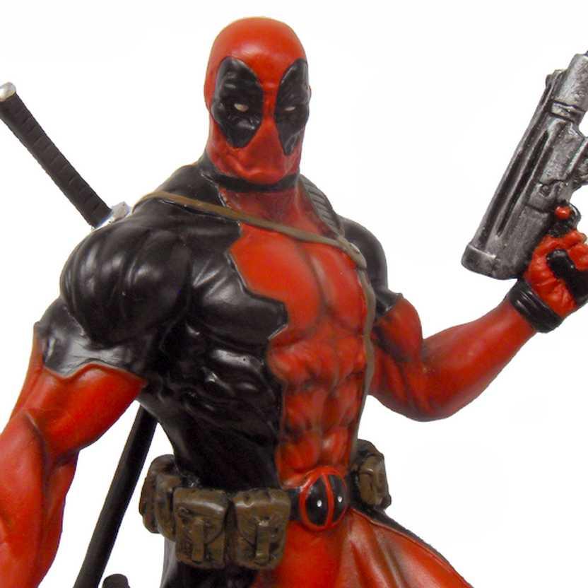 Deadpool com 2 metralhadoras - estátua em resina