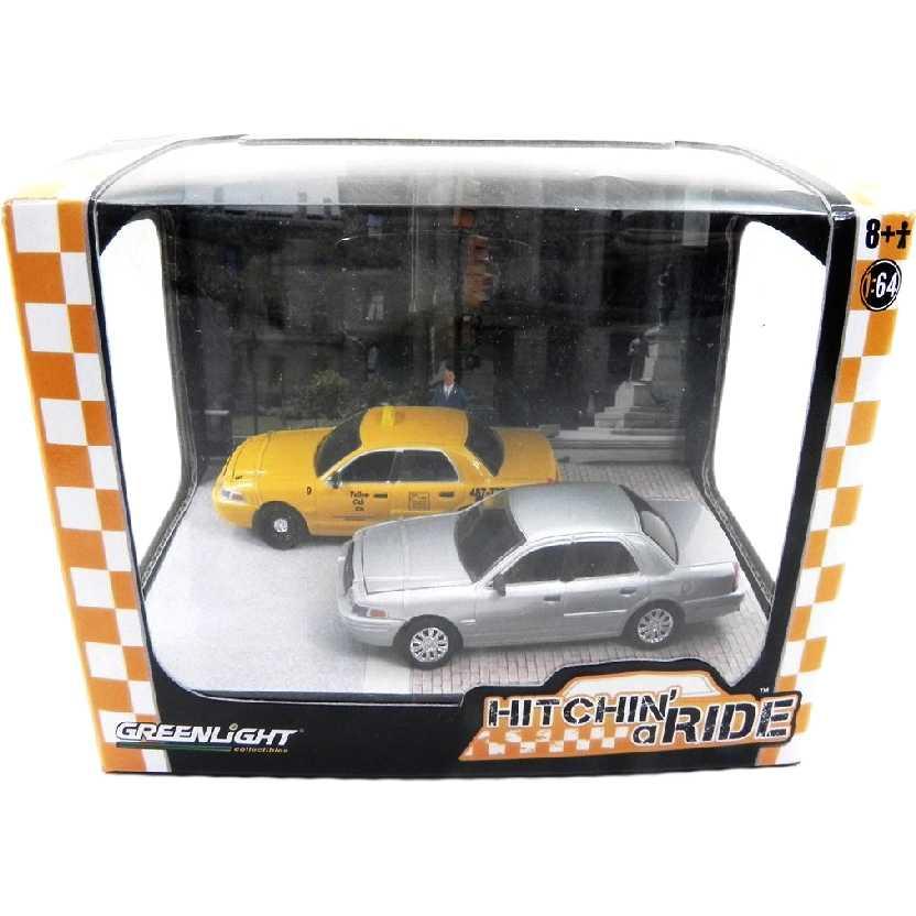 Diorama Greenlight R3 56030 Ford Crown Victoria Taxi (2006) + Ford Crown escala 1/64