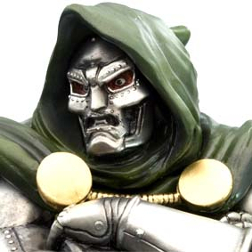 Kotobukiya Dr. Doom Fine Art Statue com 2 máscaras e base luminosa