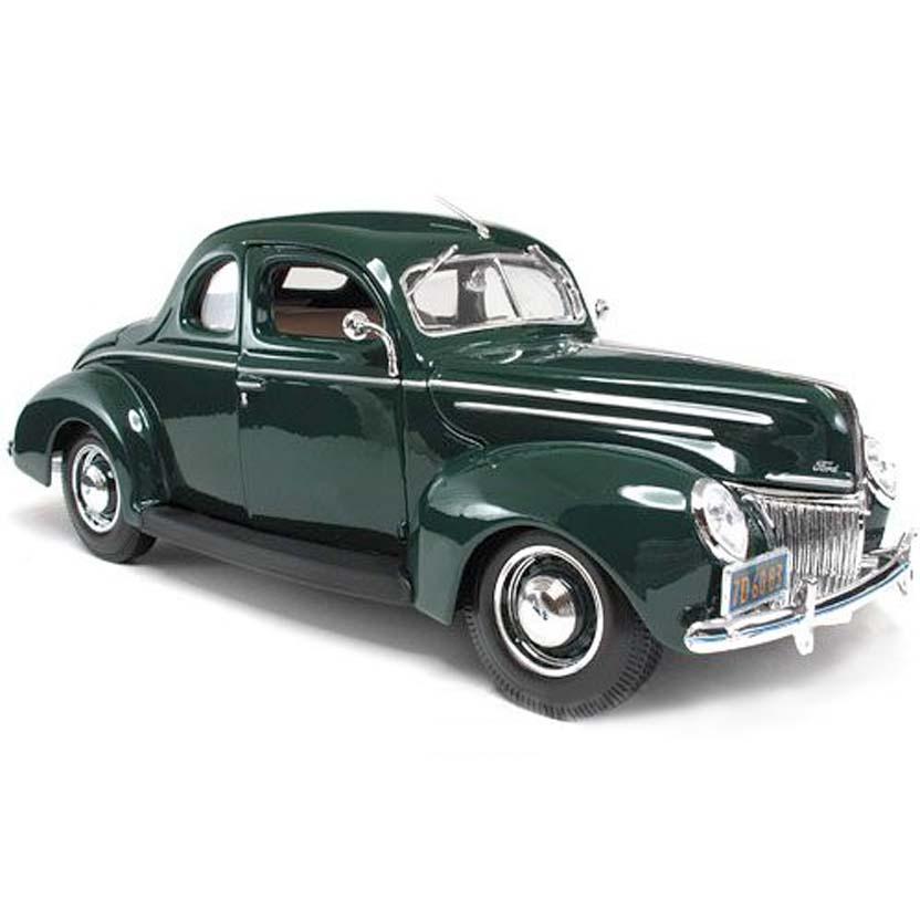 Miniatura de Carro Maisto escala 1/18 Ford Deluxe Tudor (1939) cor verde