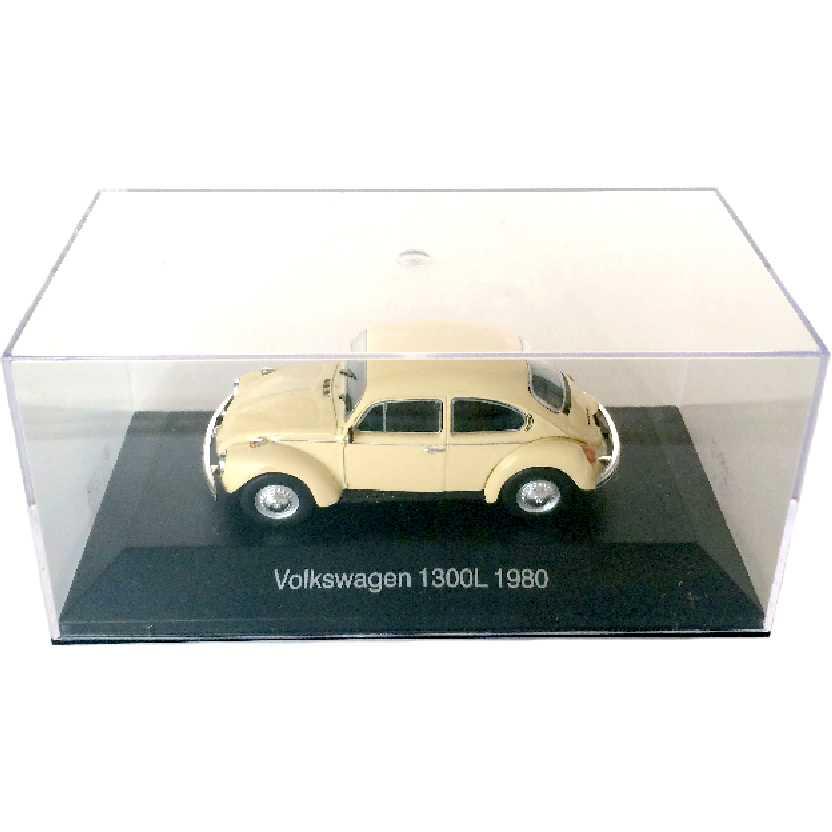 Miniatura do VW Fusca (1980) Volkswagen 1300L escala 1/43 com caixa de acrílico