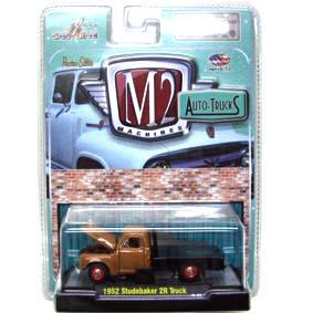 Miniatura M2 escala 1/64 Studebaker 2R Flatbed Truck in Alamo Tan (1952) R17 31500