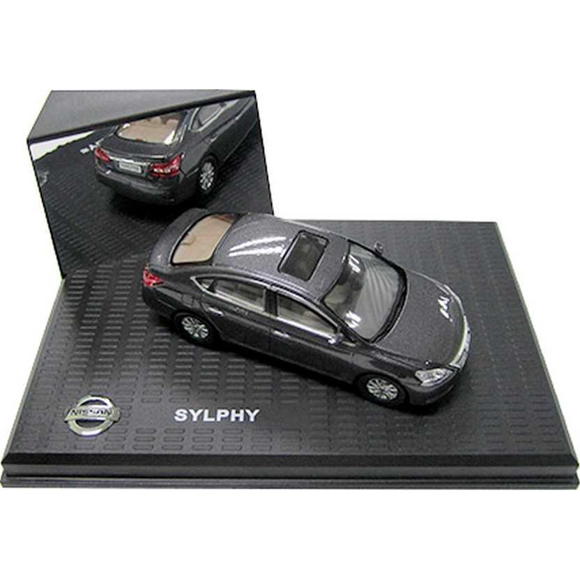 Nissan Sentra cor grafite metálico (2014) Nissan Sylphy escala 1/43