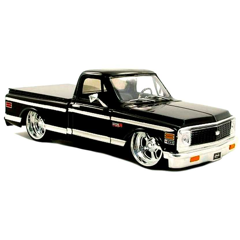 Pickup Chevrolet Cheyenne preta (1972) Chevy Pick Up marca Jada Toys escala 1/24