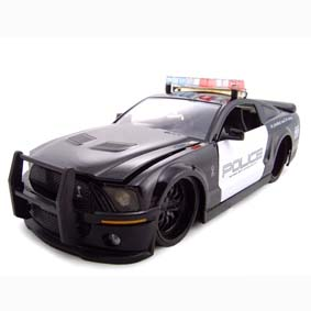 Shelby Mustang GT500 (2007) similar ao Barricade do filme Transformers