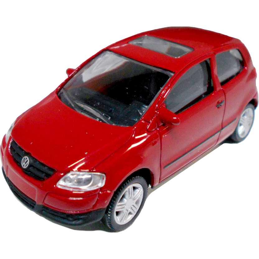 Volkswagen Fox vermelho com retrovisores marca Norev escala 1/64